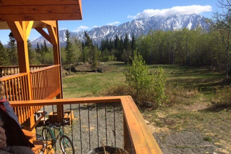 Mit herrlichem Blick auf die Bergwelt des Kluane-NP übernachten Sie in der Mount Logan Lodge