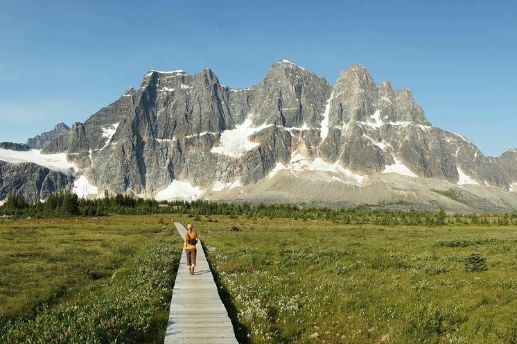 Wandern in den Rocky Mountains mit herrlich-weitem Ausblick auf die umliegenden Gipfel
