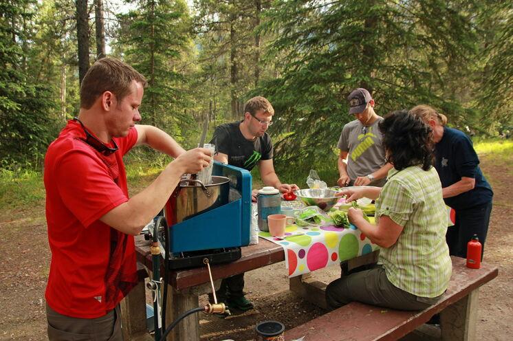 Alle Reiseteilnehmer packen mit an: gekocht, gelacht und gegessen wird gemeinsam