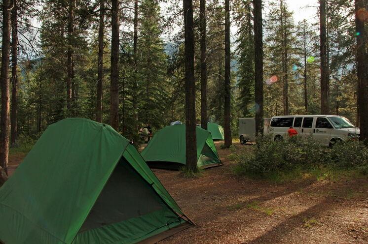 Eines Ihrer Zeltcamps: Der Ausrüstungsanhänger ist immer dabei