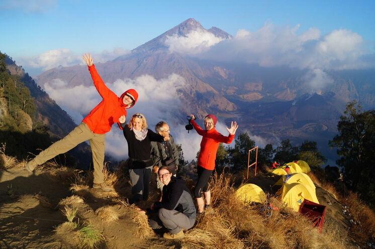 Erster spektakulärer Ausblick vom Camp auf den Gipfel des Rinjani und den Kratersee