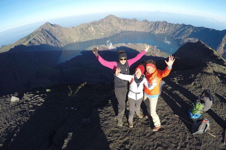 Spektakulärer Ausblick vom Vulkangipfel des Rinjani (3726 m)
