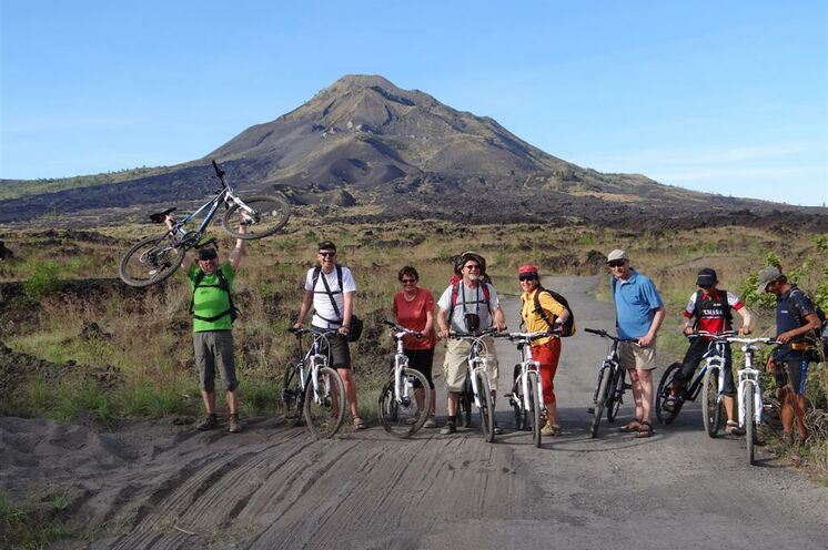 Die Umrundung des Gunung Batur auf Bali vollenden Sie – nach Wanderung und Bootstour – mit dem Rad