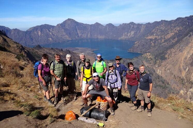 Traumwetter am Vulkan Rinjani auf 3726 m Höhe (Gruppe mit Reiseleiter Falko im Oktober 2014)