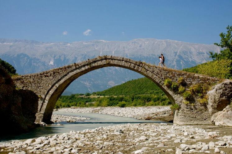 Steinbogenbrücke bei Benja an den warmen Quellen