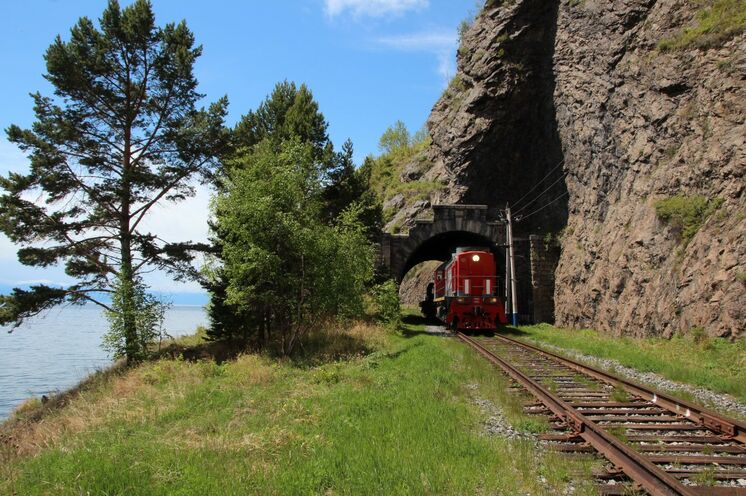 Legendäre Strecke der Baikalrundbahn mit Zug und zu Fuß erkunden