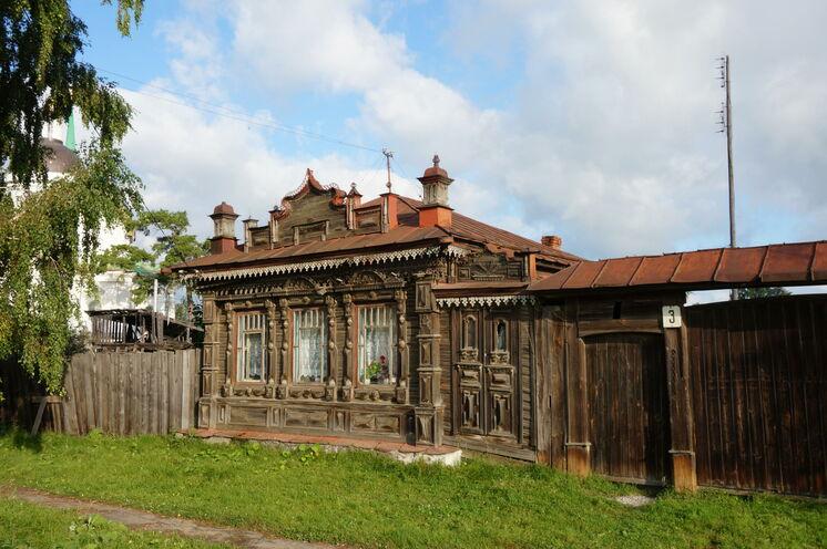 Besuch eines Dorfes nahe Newjansk mit bildschönen Holzhäusern
