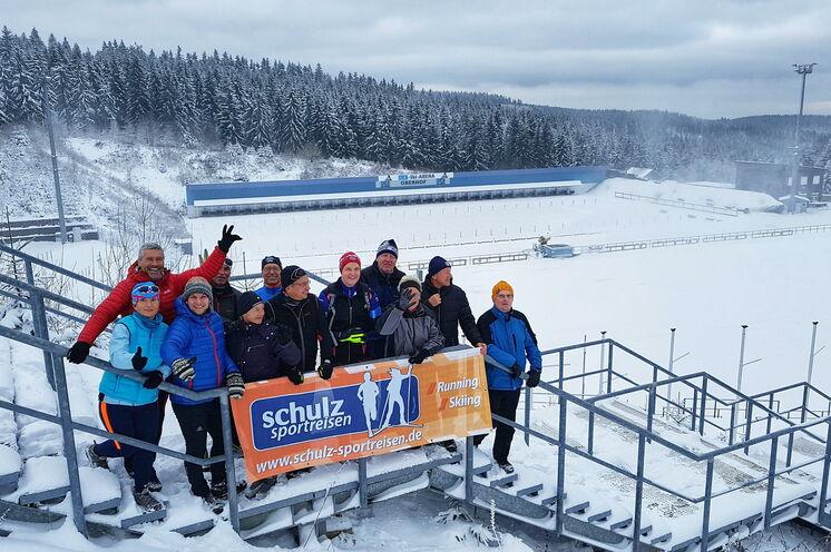 Nur einen Steinwurf von den Materialständen entfernt befindet sich die Weltcup Skiarena am Grenzadler. Ab hier beginnt das Loipenparadies entlang des Rennsteigs