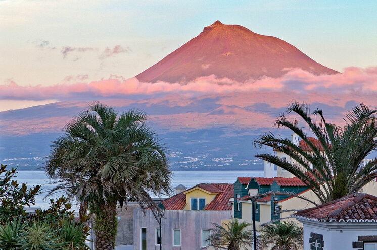 Blick von Horta hinüber zum Pico, höchster Berg Portugals, den Sie auf dieser Reise besteigen können