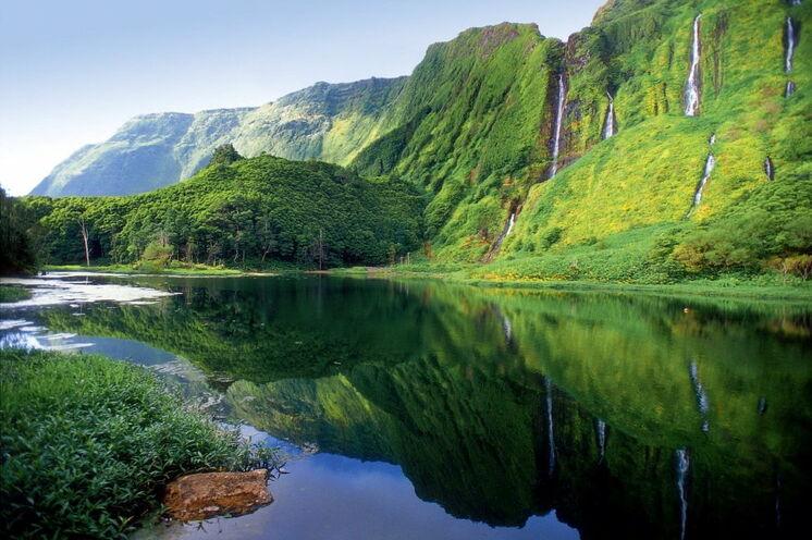 Verwunsche Landschaften zeichnen die Insel Flores aus:  hier der Kratersee Patas