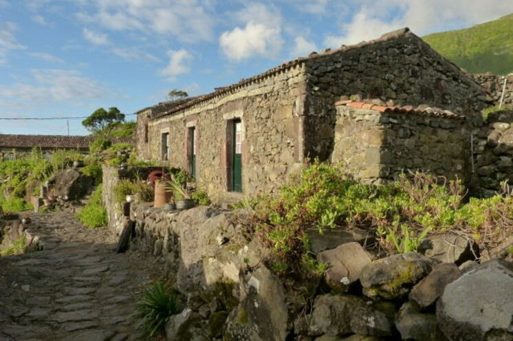 Auf Flores übernachten Sie in einem alten azoreanischen Dorf in typischen Steinhäusern