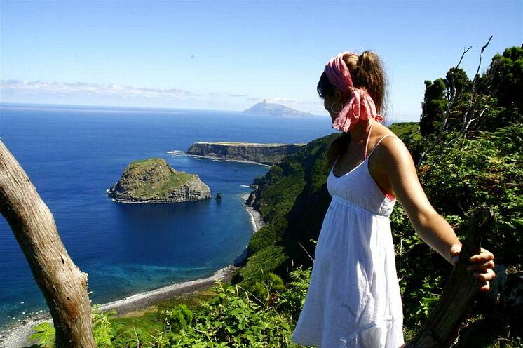 Urlaub und Wandern auf den Azoren: Auf dieser Reise erleben Sie die Vielfalt der Azoren zu Fuß. Hier: Blick von der Insel Flores zum kleinen Nachbarn Corvo
