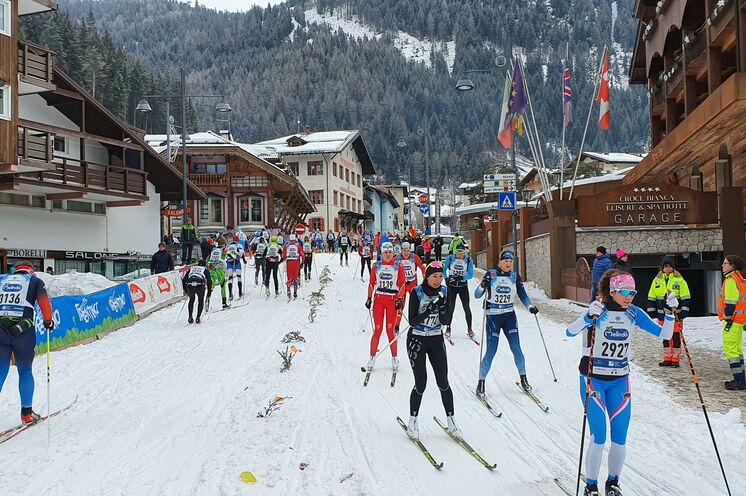 In Canazei befindet sich der Wendepunkt der Strecke, hier begegnen sich die Läufer auch hautnah...