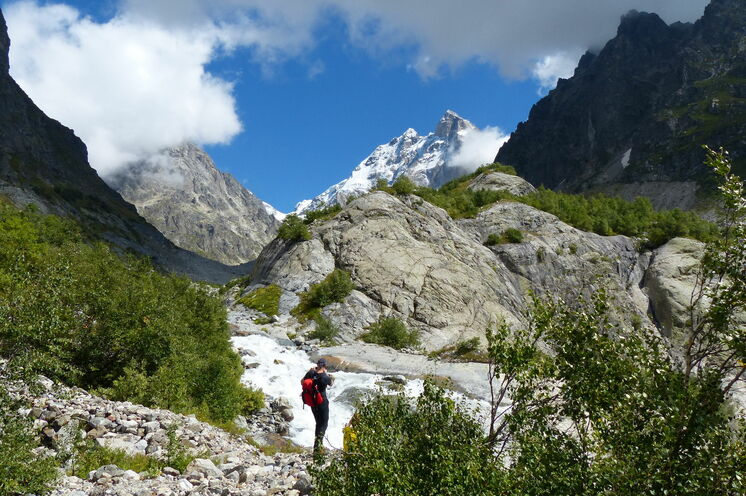 Bei der Wanderung zum Tschalaadi-Gletscher: Panoramablick auf den Gletscher und die Ushba- Spitze