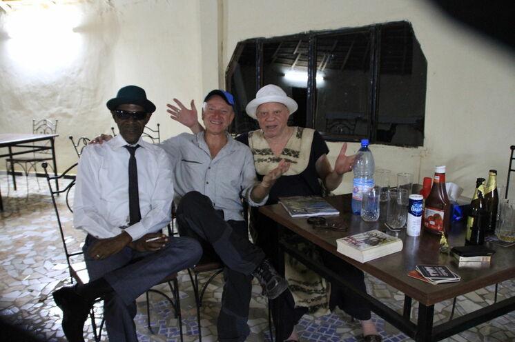 Frank Schulz mit Salif Keita und seinem Manager. (Nov. 2012, Bamako)
