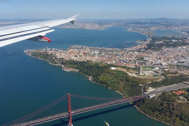 Anflug auf Lissabon mit Blick auf die weltweit drittlängste Hängebrücke mit kombiniertem Straßen- und Eisenbahnverkehr.