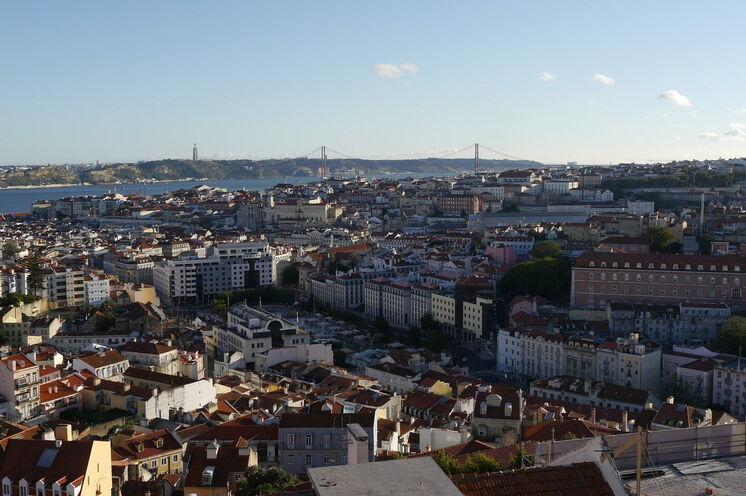 Von den zahlreichen Hügeln, auf denen Lissabon erbaut ist, genießen Sie fantastische Weitblicke über die Stadt.