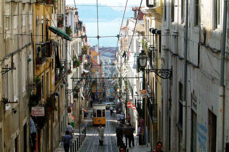 Rua da Bica mit historischer Straßenbahn