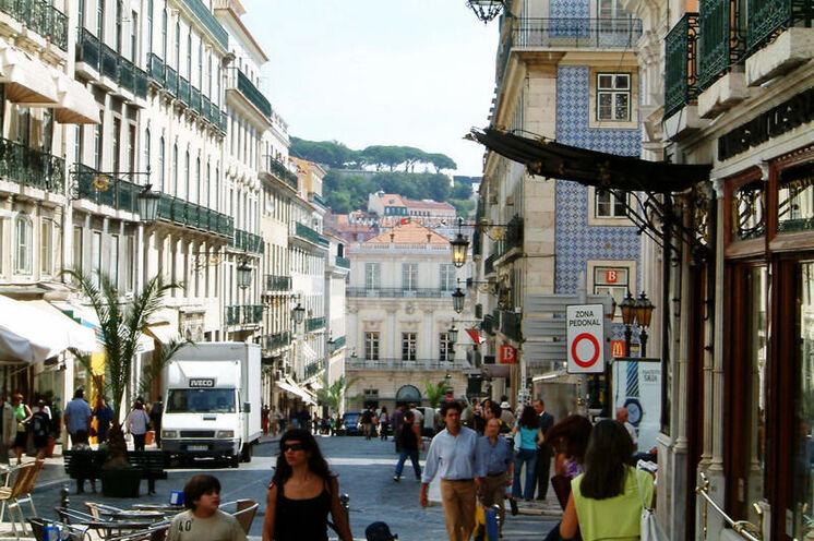 Das Altstadtviertel Chiado liegt auf einem der sieben Hügel auf denen Lissabon erbaut ist
