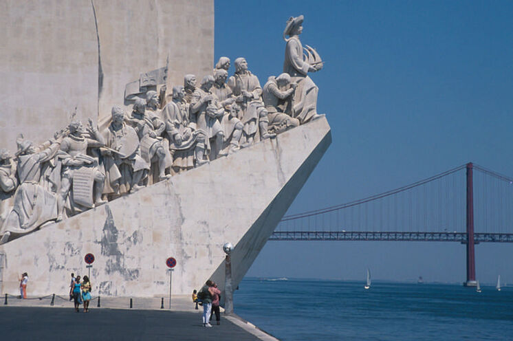 "Padrão dos Descobrimentos (das ""Seefahrerdenkmal"") im Stadtteil Belém. Im Hintergrund, die Brücke des 25.April."