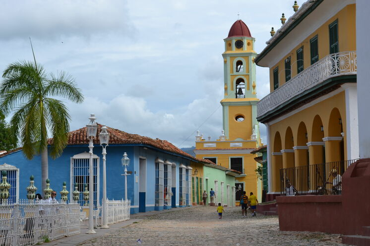 Wunderschön-koloniale Städte, wie hier Trinidad, sorgen für Abwechslung zwischen den aktiven Wanderetappen