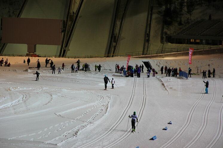 Selbst in den späten Abendstunden kann im Skistadion dank bestem Flutlicht noch trainiert werden.
