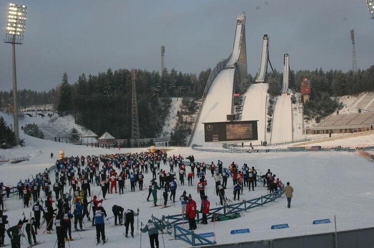 Immer wieder ein Blickfang: die große Salpausselkä-Schanzenanlage, die man regelmäßig im Weltcupkalender der Skispringer findet.