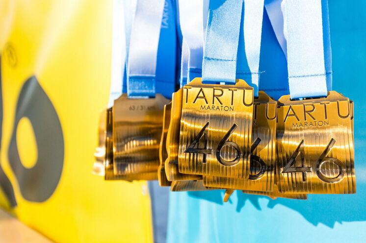 Die wohlverdiente Medaille erwartet die Läufer/innen im Ziel.