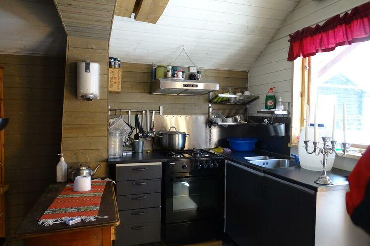 Die Küche in einer der Hütten, in der am Abend gemeinsam gekocht wird.