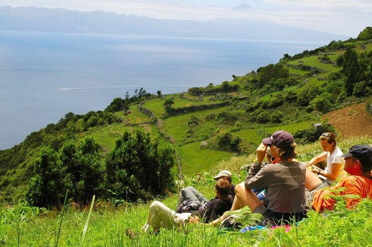 Urlaub und Wandern verbinden sich auf dieser Azoren-Reise ideal. Hier: Rast auf der Insel São Jorge mit Blick auf den Atlantik.