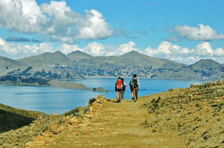 Von La Paz aus geht es Richtung Titicaca-See. Mit dem Boot geht es auf die Sonneninsel (Isla del Sol) und bei einer Wanderung erkunden Sie den Süden der Insel.