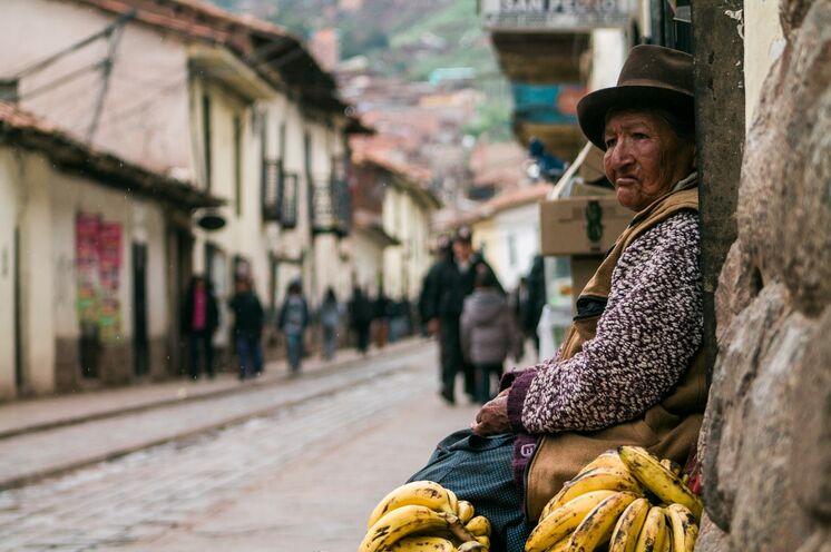 Eine Qichwa Frau bietet in Cusco ihre Waren feil (Foto: Peter Hershey)