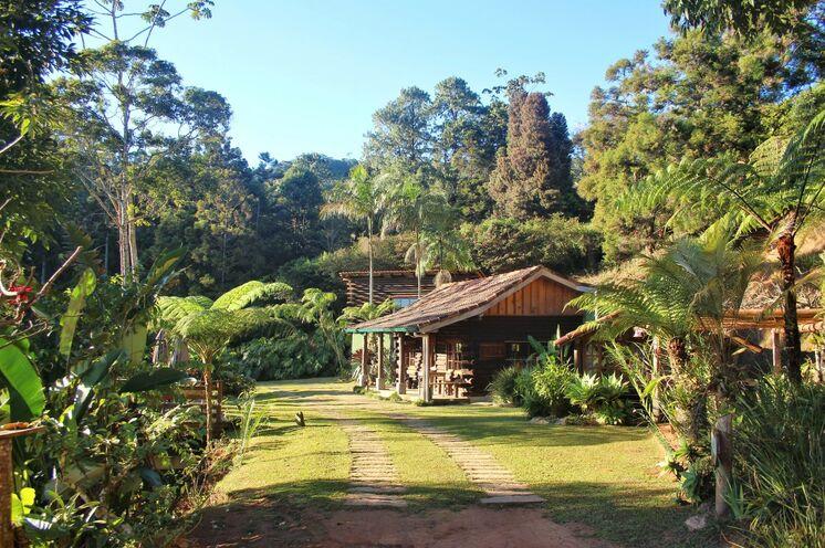 Reiseleiter Rainer freut sich auf Ihren Besuch in seiner Heimat, dem atlantischen Regenwald. Ihre Eco-Lodge im Atlantischen Regenwald: In so idyllisch gelegenen Blockhäusern übernachten Sie.