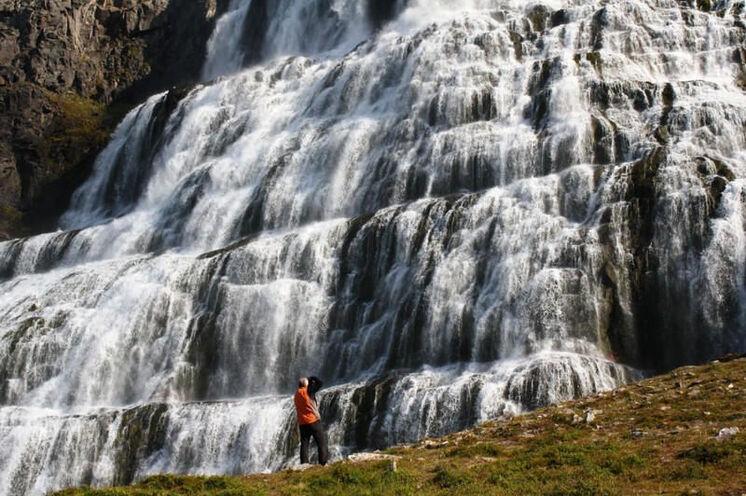 Der Wasserfall Dynjandi ist ein großartiges Naturschauspiel. Hier fühlt man sich als Mensch recht klein.