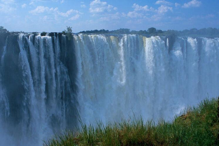 Ende der Reise an den gewaltigen Victoria-Wasserfällen in Simbabwe.