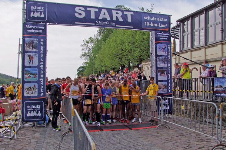 """2012: Die Premiere des schulz aktiv-10 km-Laufes. """"schulz aktiv"""" ersetzte """"Müller Milch"""", welcher vorher diesen 10 km-Lauf innerhalb des OEM finanziell unterstützte."""