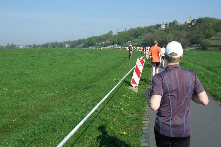 Auf dem Elberadweg entlang der Elbschlösser.