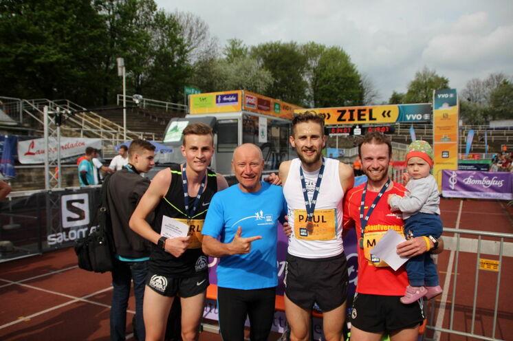 Alle drei schulz aktiv-10 km-Gewinner mit Frank Schulz im Ziel (Karl Bebendorf, Frank Schulz, Paul Schmidt und Marc Schulze mit Sohnemann).