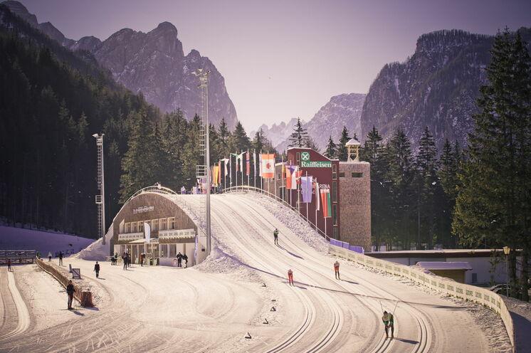 ... bis zur Weltcup Arena von Toblach, danach geht es stetig nach oben durch einzigartige Landschaft, u.a. vorbei an den Drei Zinnen mit späteren Bergab bis Cortina. PS: hier ein Foto aus früheren Zeiten, jetzt Fahrtrichtung Berge
