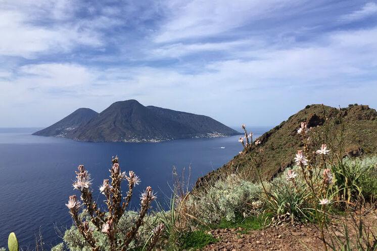 Blick von Lipari auf die Schwesterinsel Salina
