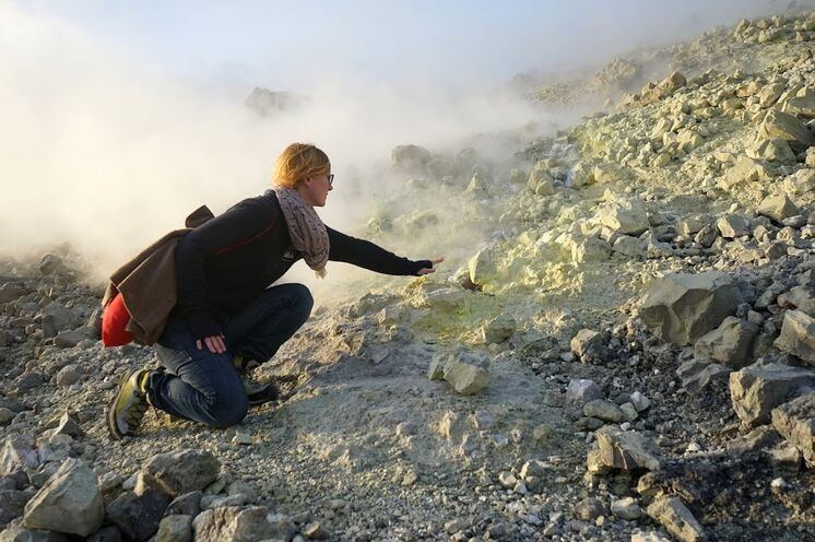 Dampfende Fumarolen auf Vulcano