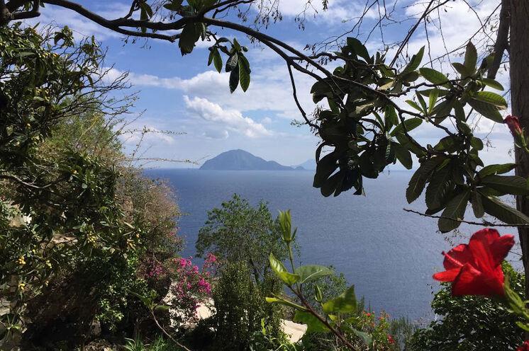 Blick von Alicudi zur Nachbarinsel Filicudi