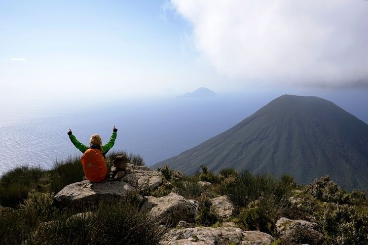 Salina: Blick vom Monte Fossa delle Felci (962 m) auf den Zwillingsvulkan Monte dei Porri (860 m)
