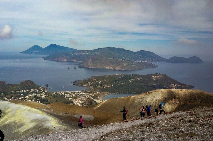 """Wanderung auf der """"Schwefelinsel"""" Vulcano mit Blick nach Lipari und Salina"""