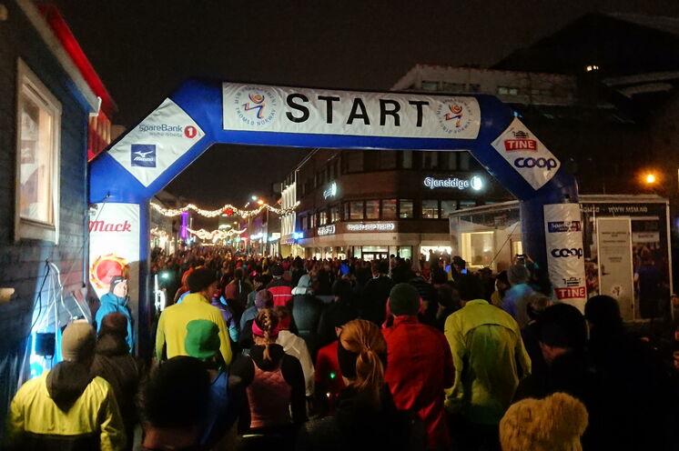 Start des Polar Night-Halbmarathon um 15 Uhr in Tromsø (ja, 15 Uhr ist es schon wieder dunkel). Mit etwas Glück sieht man Polarlichter, sobald man aus der kleinen Stadt raus läuft. (Bild aus dem Jahr 2019)