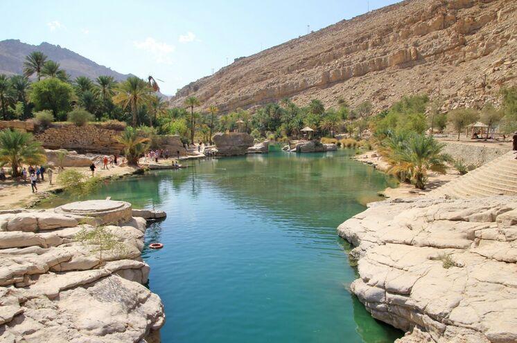 Schwimmend und zu Fuß durchqueren Sie Wadis (Flußtäler) - hier Wadi Bani Khalid