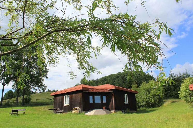 Es gibt 3 gleichartige Hütten zum Wohnen, jeweils mit 4 Zimmern á 2 Personen