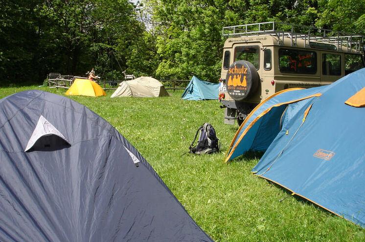 Eine große Wiese steht zum Campen zur Verfügung