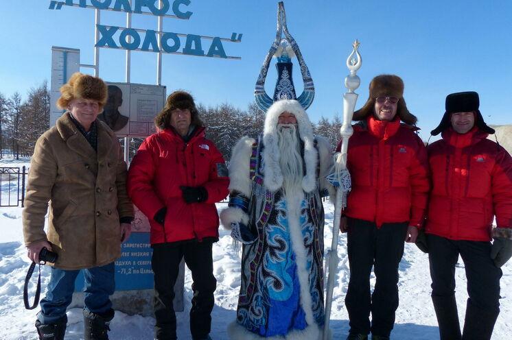 Chys Khan - der Herrscher des Winters empfängt Gäste aus aller Welt am Kältepol-Denkmal in Oimjakon.