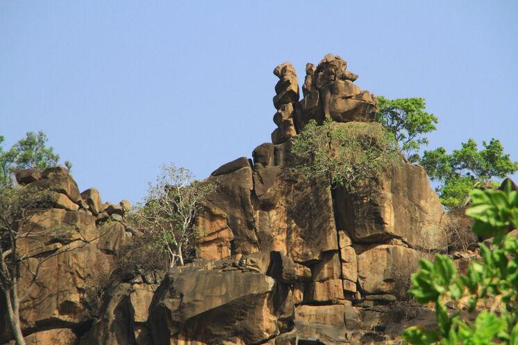 Irre Sandstein-Felslandschaft auf der Wanderung zu den abgelegenen Dörfern der Beddik.